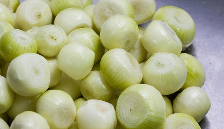 Очищенная луковица