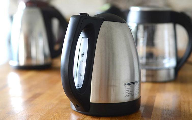 От чего в чайнике появляется пластмассовый запах
