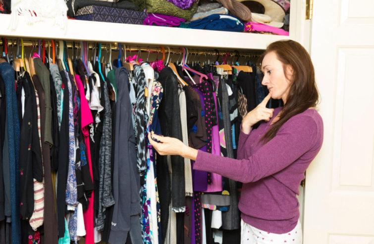 Основные причины появления неприятного запаха в шкафу с одеждой