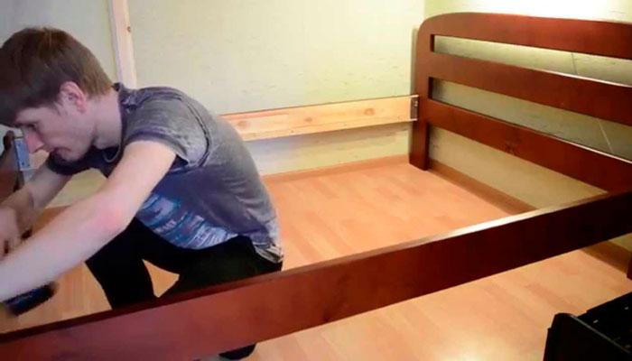 Разборка кровати при борьбе с постельными клопами